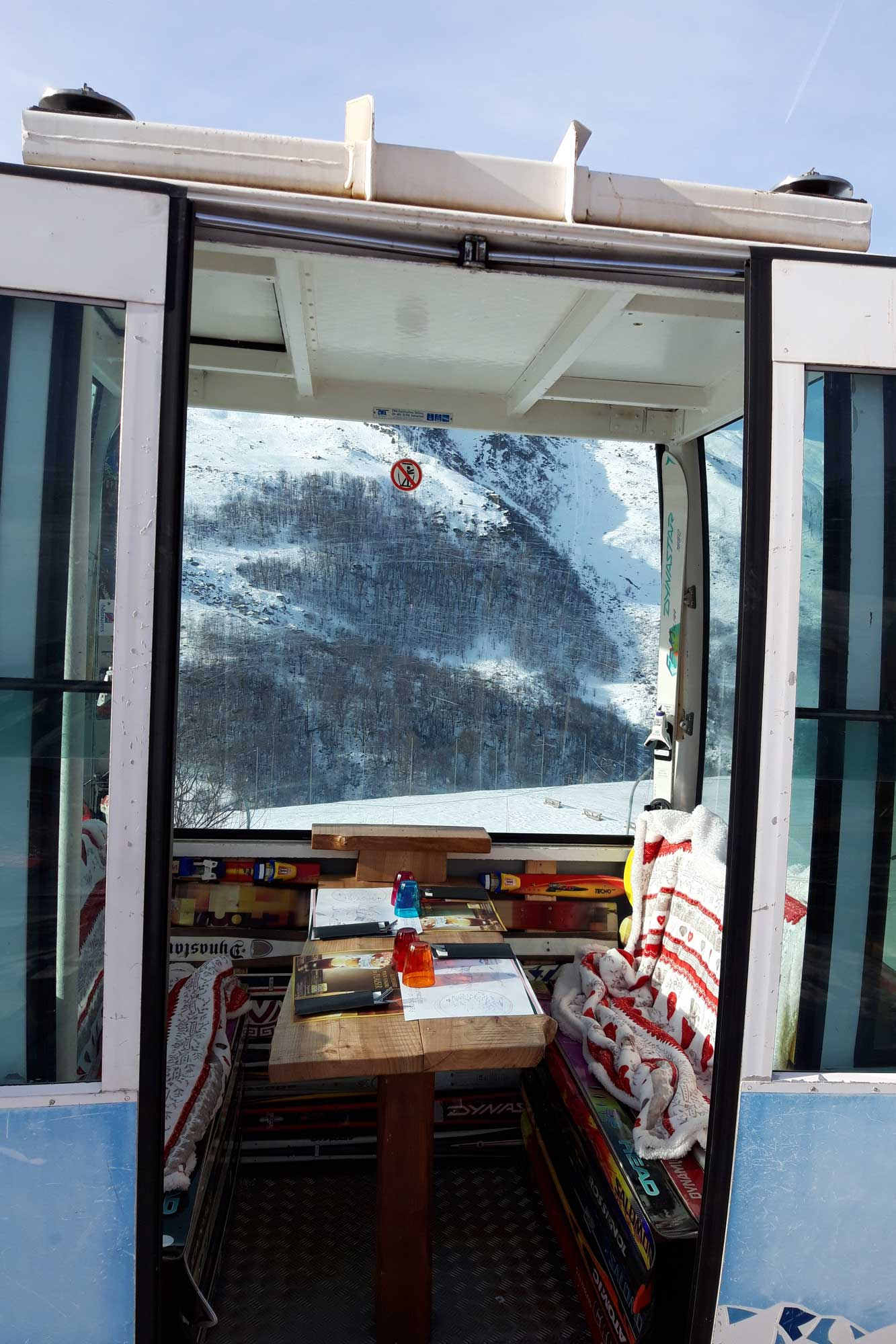 restaurant-table-marmottes-menuires-cabine